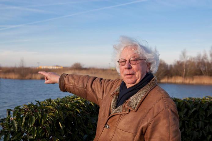Voorzitter Jan van Buul van Coöperatie De Spranckelaer (CDS) met op de achtergrond de geluidswal.