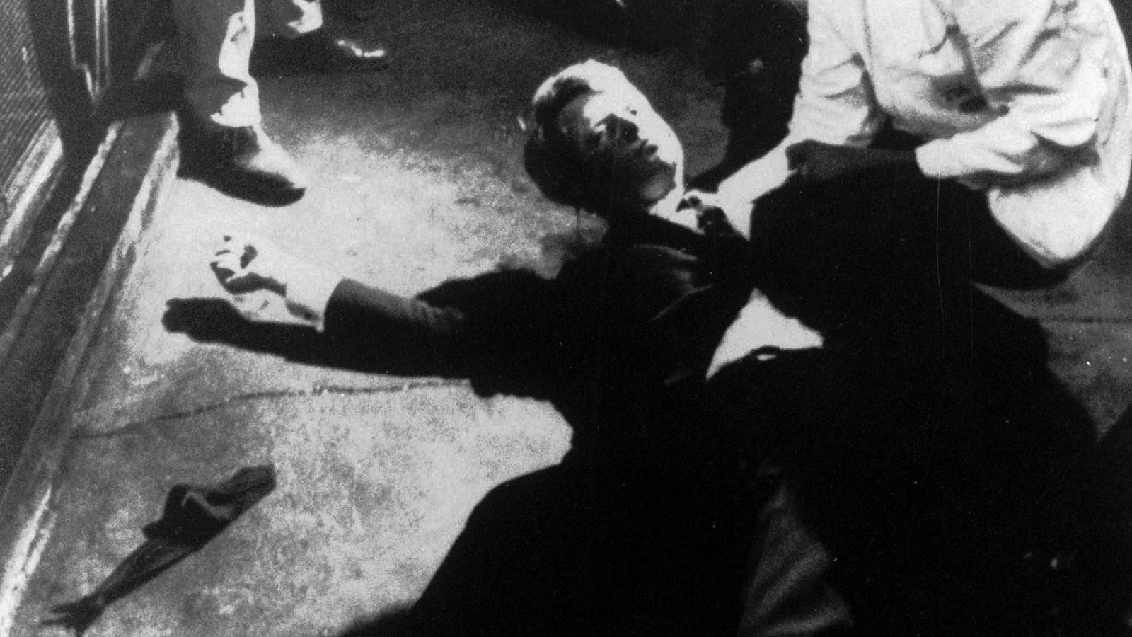 Bobby Kennedy ligt zwaargewond op de keukenvloer van hotel Ambassador in Los Angeles.