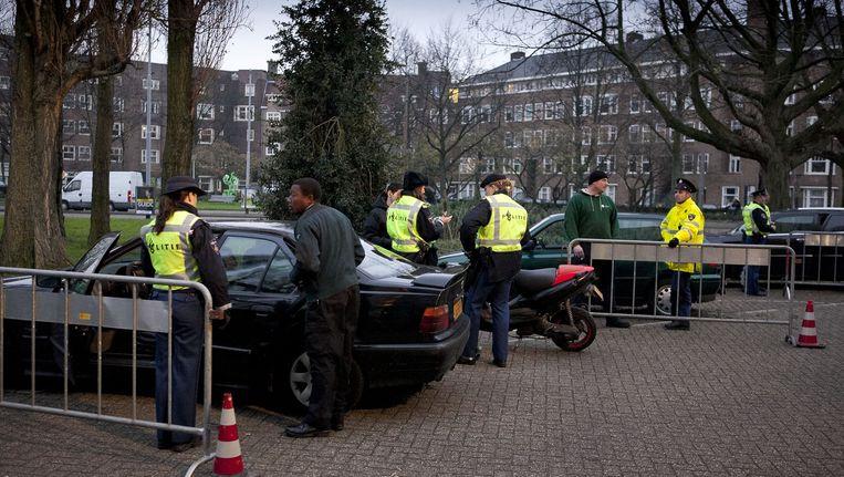 Politiecontrole op het Victorieplein in Amsterdam. Beeld Amaury Miller