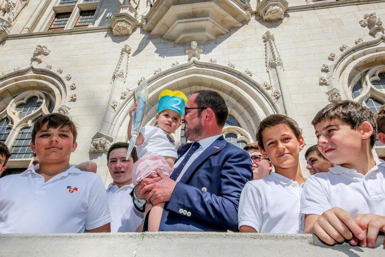 Burgemeester Van Quickenborne met zijn dochtertje Bo, die pas 2 jaar is geworden, bij het Franse knapenkoor The Little Singers of Paris.