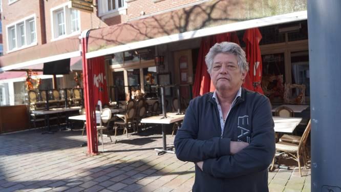 """Verplicht uniforme parasols en luifels kosten Ronny (60) 10.000 euro: """"Alsof we het door corona nog niet moeilijk genoeg hebben"""""""
