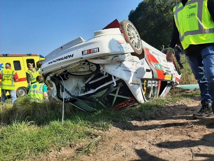 De Mitsubishi Lancer Evo IV raakte zwaar beschadigd bij de crash tijdens de ELE Rally.
