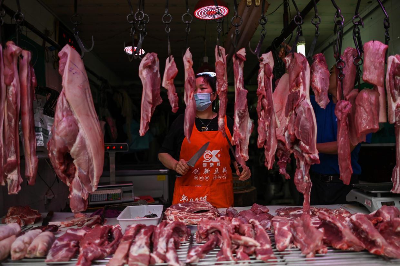 Een stalletje op de voedselmarkt in Wuhan, waar de uitbraak van het coronavirus eind vorig jaar begon.