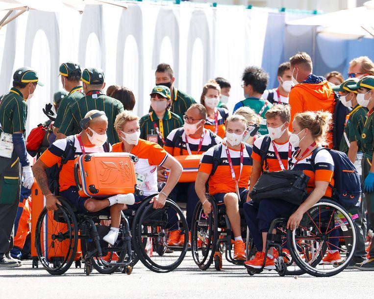 Nederlandse palaympiërs arriveren in het atletendorp in Tokio. Beeld AP