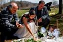 Sara Baluch rouwt met haar vader Masoud Baluch en de vader van Mohammad, Mohssen Sharifi.