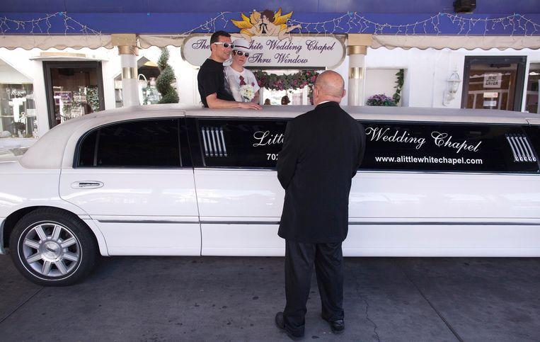 Liefde is... trouwen in de drive-thru in Las Vegas. Waarom zou je die mooiste dag van je leven doorbrengen binnen? Beeld ASSOCIATED PRESS