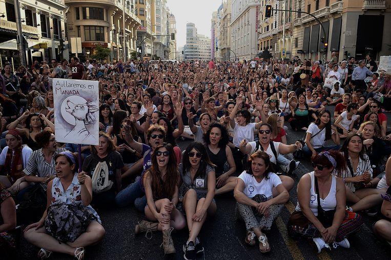 Demonstranten in Madrid roepen slogans nadat een rechtbank oordeelde dat verdachten in een zaak over aanranding en verkrachting, genaamd 'La Manada', op borgtocht vrij zouden komen. 11 juni 2018.  Beeld Getty