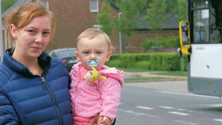 Selien en haar dochtertje bij de halte waar ze gedwongen moesten afstappen.