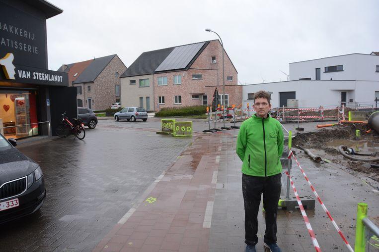 Kris Van Steenlandt voor de deur van zijn bakkerij in Melsele waar het kruispunt momenteel ligt opgebroken.