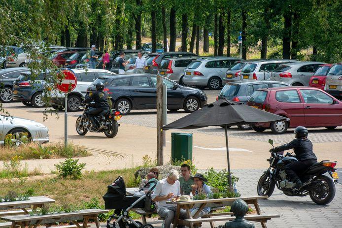 Drukte op de parkeerplaats bij het Posbankpaviljoen. Deze parkeerplaats gaat dicht, als het aan de plannenmakers ligt.