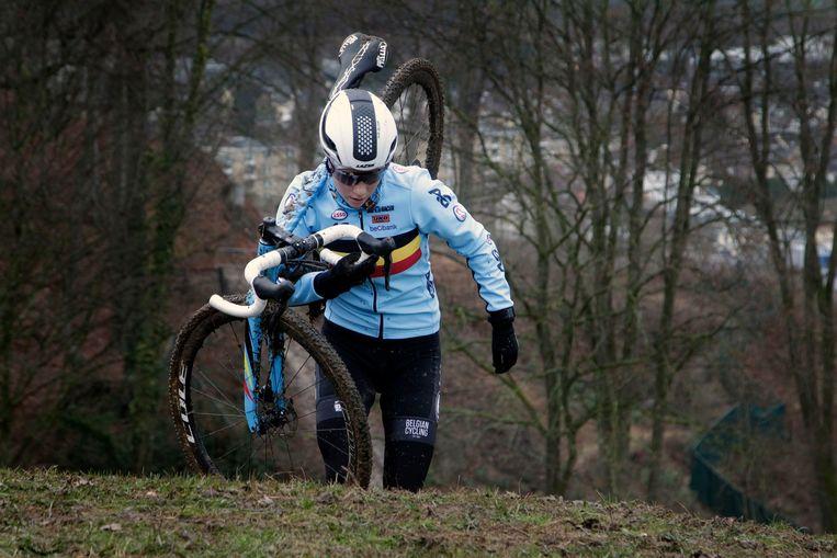 Sanne Cant neemt haar crossfiets op de schouders tijdens de verkenning in Valkenburg. Beeld Photo News