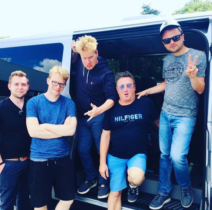 Blunt: Pieter Nuyttens (leadvocals, keys, guitar), Yannick Swennen (violin, backingvocals), Jeroen Huyzentruyt (guitars), Stijn Deldaele (bass, backingvocals), Gino Verstraete (drums, backingvocals).