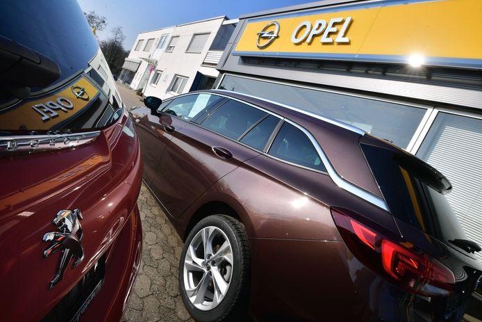Een showroom van een Opeldealer. Het merk is onderdeel van autogigant Stellantis.