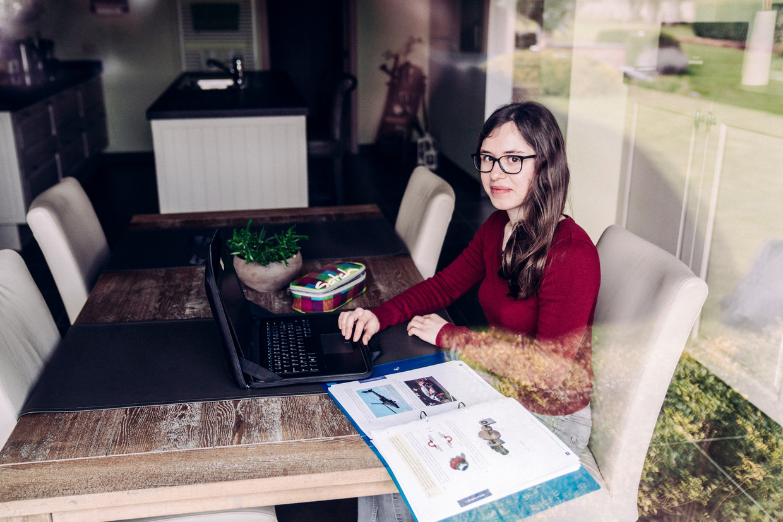 Sara Heyvaert krijgt les via het onlineplatform Smart School: 'In het begin hadden we het drukker dan tijdens een gewone lesweek.' Beeld © Stefaan Temmerman