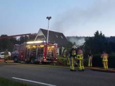 Uitslaande brand legt aanbouw in as,  brandweer kan woning in Kilder redden