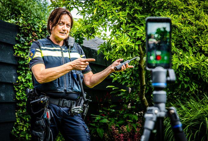 Zo neem wijkagent Silsa Frankfort TikTok-filmpjes op.