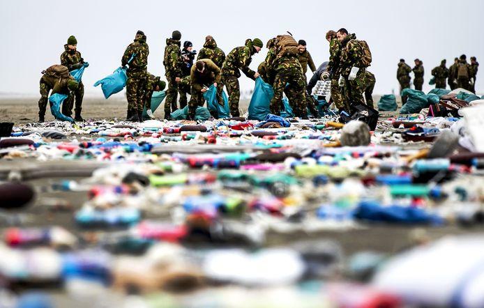 Ook Nederlandse militairen hielpen begin dit jaar mee mee met het opruimen van de spullen op die op het strand waren aangespoeld.