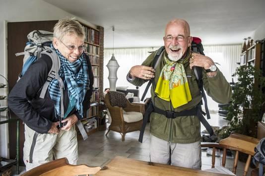 Lydi en Gerard bereiden zich voor op hun volgende backpackreis.
