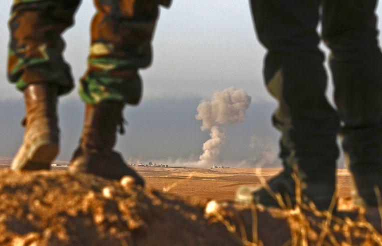 Iraaks-Koerdische peshmerga nabij Bashiqa, 25 kilometer ten noordoosten van Mosoel, tijdens een aanval op IS. Beeld AFP