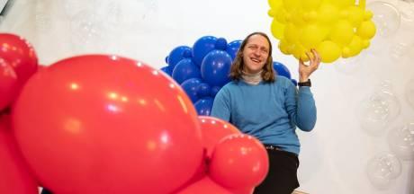 Zutphense ballonkunstenaar Guido verlegt grens op Doetinchems festival: 'kubuspodium', gemaakt van 100.000 ballonnen