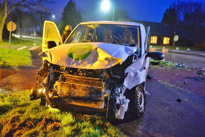 Op de kruising van de Broekenseind en de Heuvel in Hoogeloon is dinsdagochtend rond 07.15 uur een vrachtwagen in botsing gekomen met een bestelbus.
