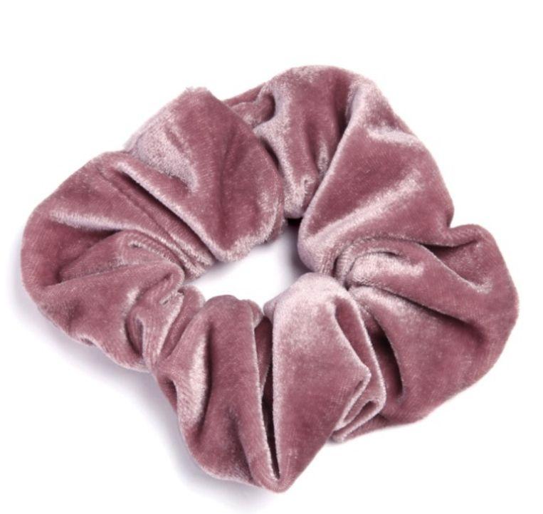 'Scrunchie', een felgekleurd elastiek in stof, voor in het haar of rond de arm, is ook een kanshebber. Beeld Sacha