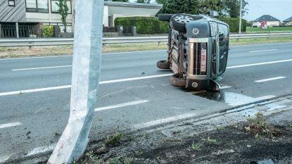 Verkeersongeval op N60 in Eine: auto kantelt na crash tegen verlichtingspaal