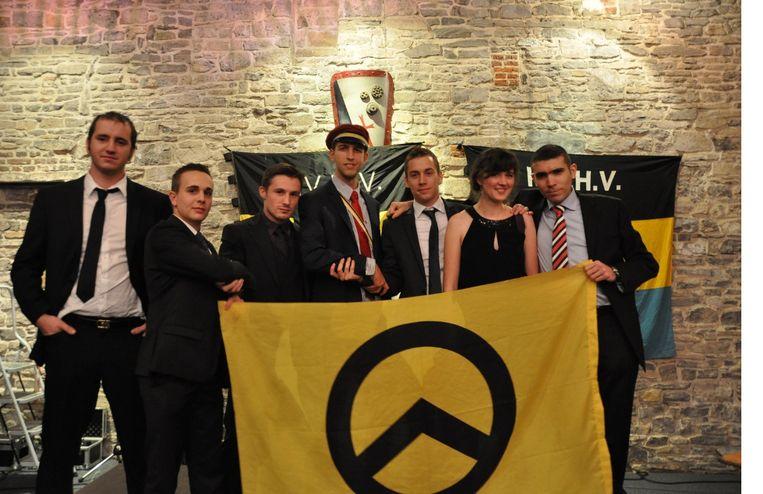 KVHV'ers pronken met een vlag van Génération Identitaire, een Franse rechts-radicale  beweging. Beeld RV