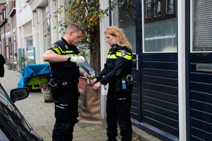 Speurhonden van de politie vonden het gebruikte mes bij de overval terug onder een geparkeerde auto in de Hendrikstraat in Dordrecht, waarna agenten het wapen veiligstelden.