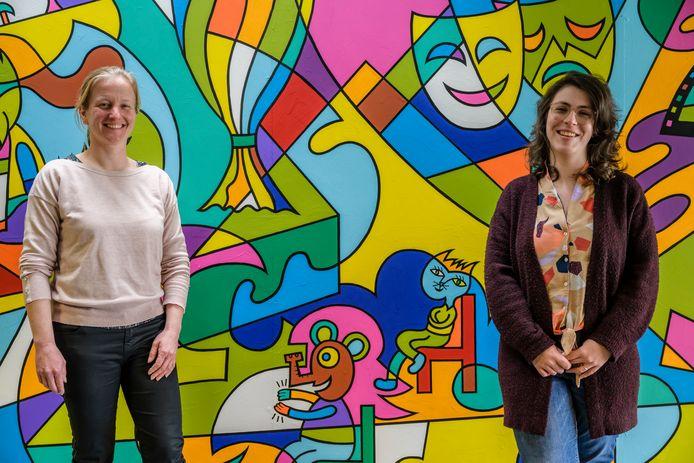 Brigitte Verelst (links) en Sophie De Winter (rechts) bij de scheidingswand die door 'Koerie' onder handen werd genomen.