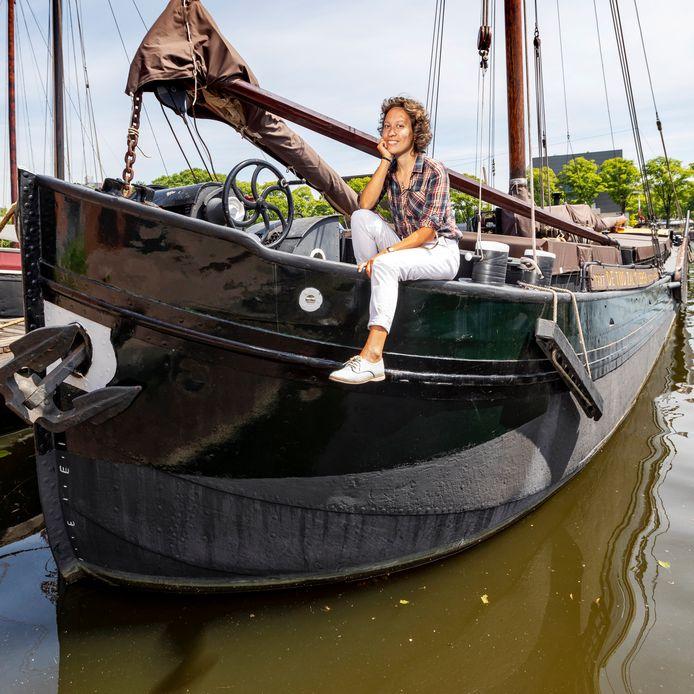 Elte Rauch aan boord van haar schip 'De Tijd zal het Leren' waar ze samen met haar man en hond op woont en vaart. Tevens is hier haar uitgeverij HetMoet gehuisvest, de enige varende uitgeverij van Nederland.