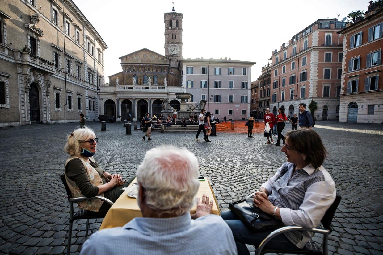 Mensen eten op 18 mei bij een restaurant in Rome, waar de lockdown stap voor stap wordt versoepeld.