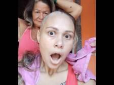 Sans prévenir, elle se rase la tête pour soutenir sa fille, atteinte d'un cancer