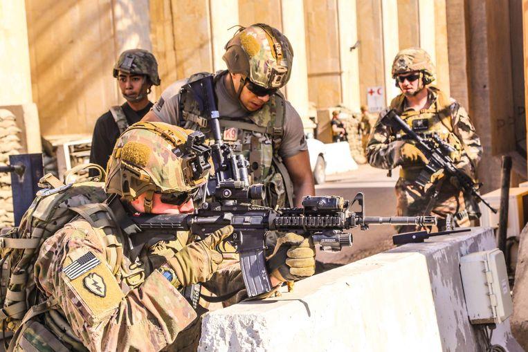 Soldaten rond de Amerikaanse ambassade in Bagdad in 2019. Beeld AFP