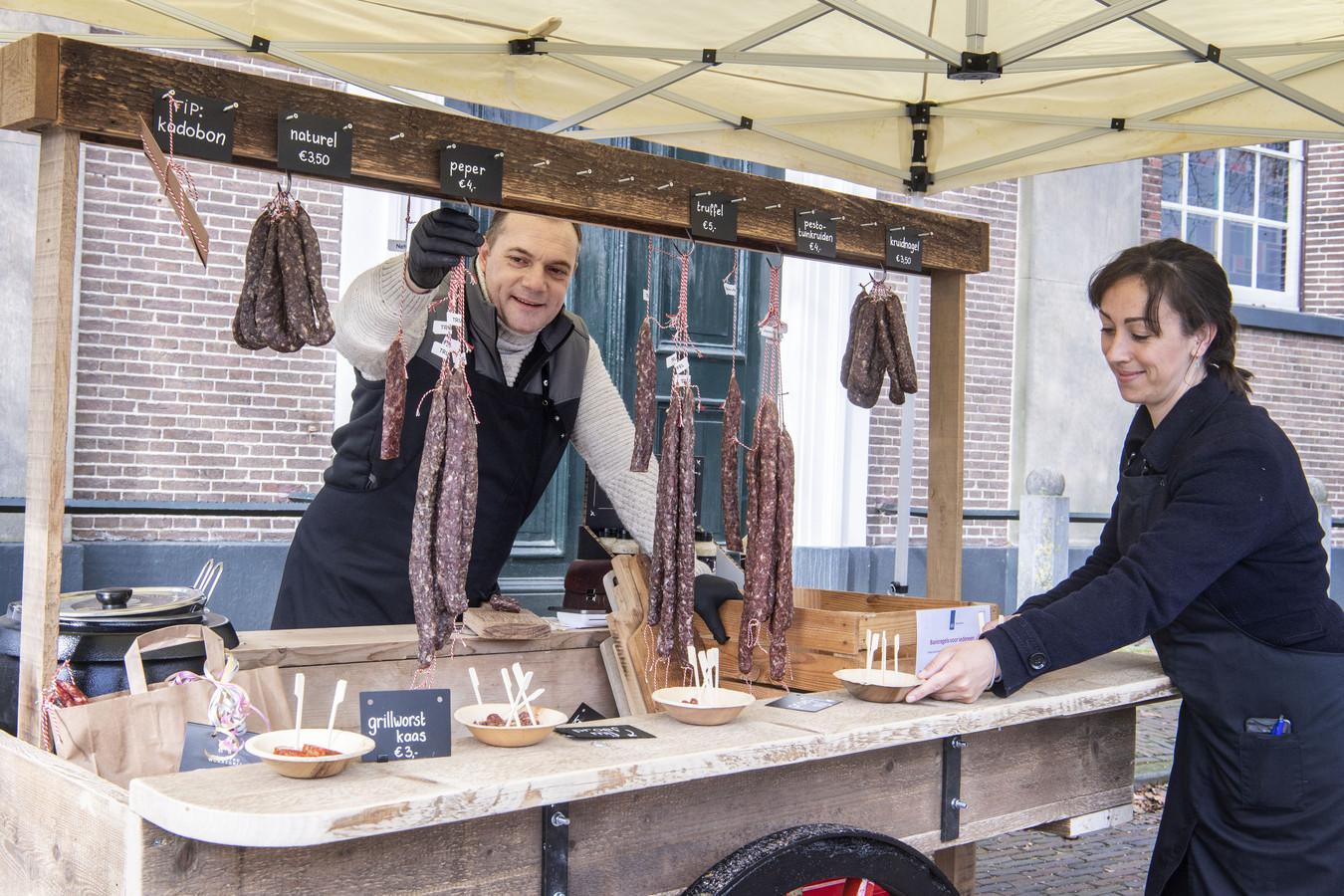 Dennis Hendriksen en vriendin Roos Hartman op de markt in Markelo. Na twee uur kon de oude handkar weer ingeklapt worden, de worsten waren uitverkocht.
