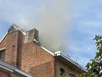 Vloer van zolderverdieping stort in na hevige dakbrand in Koning Leopoldstraat: dakwerker naar ziekenhuis voor rookinhalatie