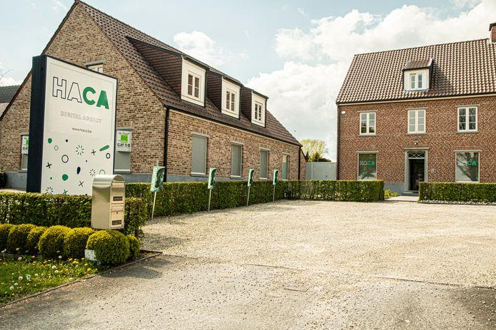Het kantoor is gelegen langs de Edingsesteenweg in Gooik.