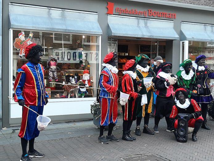 Groepsfoto voor de winkel van bakker Bouman.