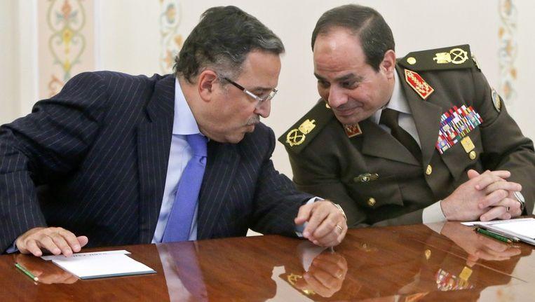 Minister van Buitenlandse Zaken Nabil Fahmy en generaal Abdel Fattah al-Sisi. Beeld AFP