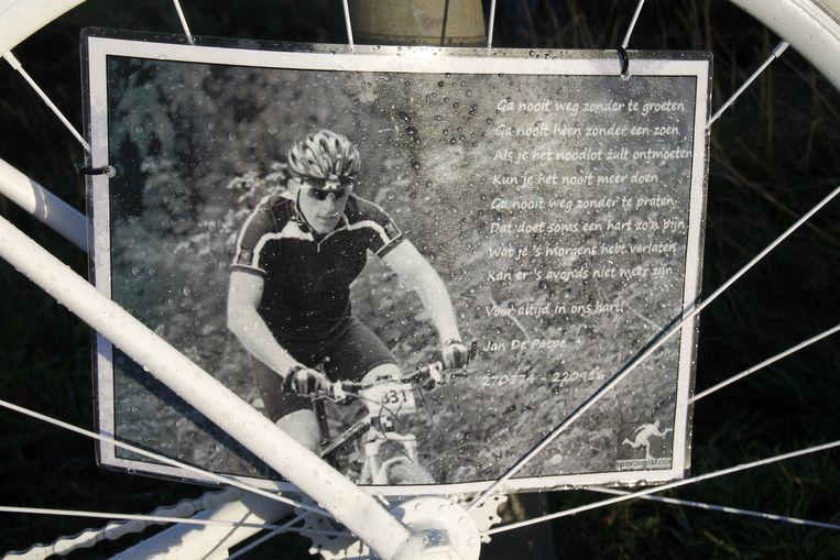 Op de fiets werd ook een gedicht met foto geplaatst om Jan te herdenken.
