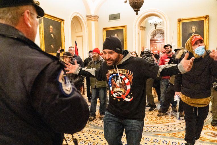 Een man met een QAnon-shirt in het Capitool. Beeld AP