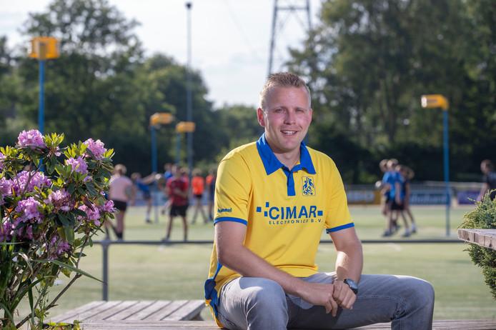 Daniël van Munster poseert nog een keer in het shirt van SKF. Hij vertrekt na de zomer naar De Meeuwen in Ermelo.