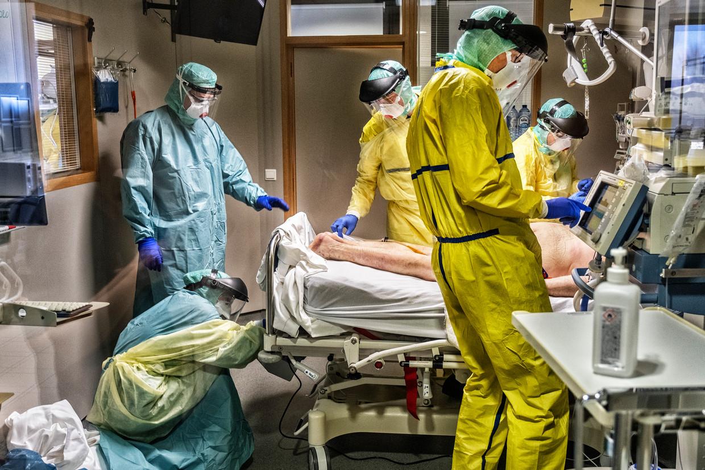 Een afdeling intensieve coronazorg, april 2020, Jessa Ziekenhuis Hasselt. Beeld Tim Dirven