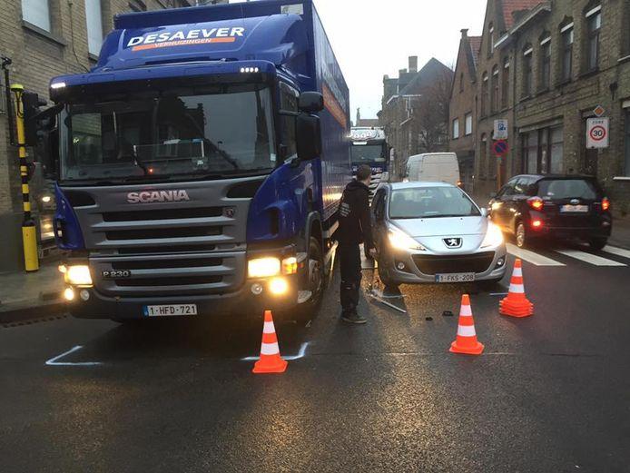 Bij het afdraaien naar rechts raakte de truck de Peugeot. De smalle baanvakken zouden de boosdoener zijn.