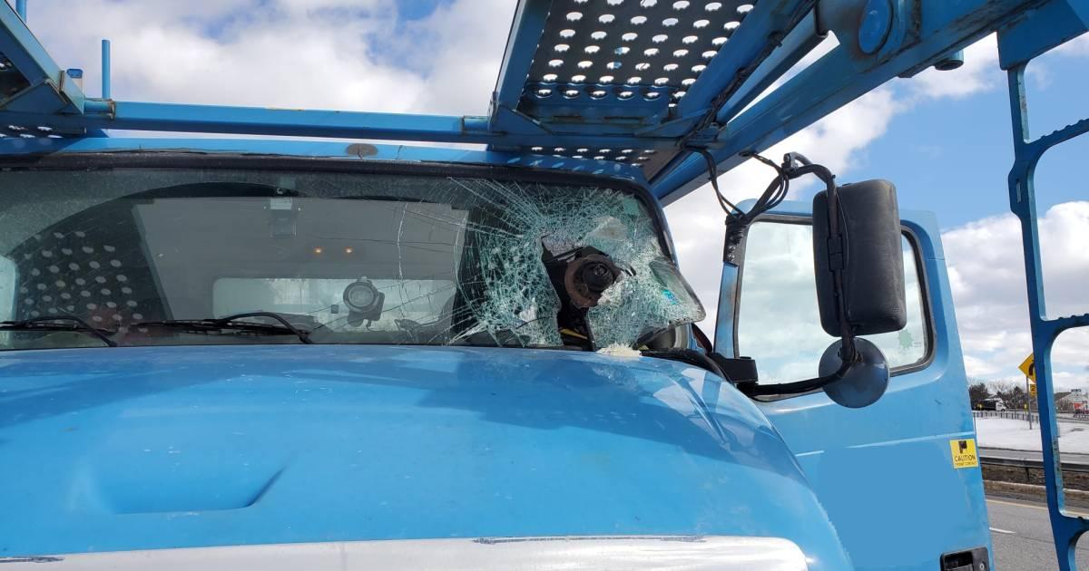 Groot stuk metaal doorboort voorruit truck, bestuurder overleeft bizar ongeval.