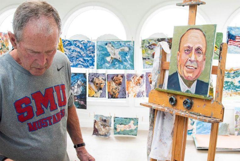 George W. Bush met een van de portretten uit zijn reeks 'Out of Many, One'. Beeld