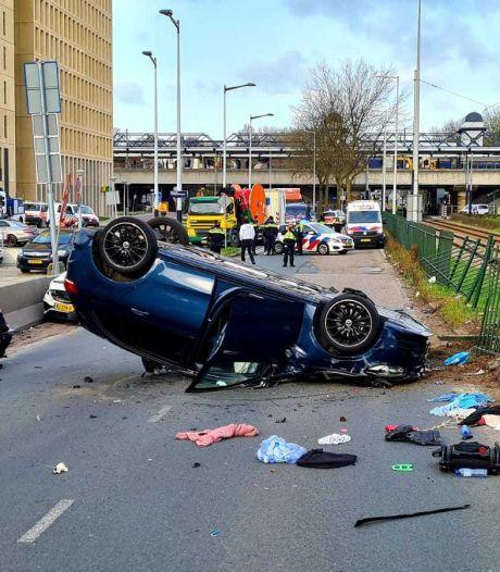 Ongeluk in Nieuw-West, auto over de kop geslagen