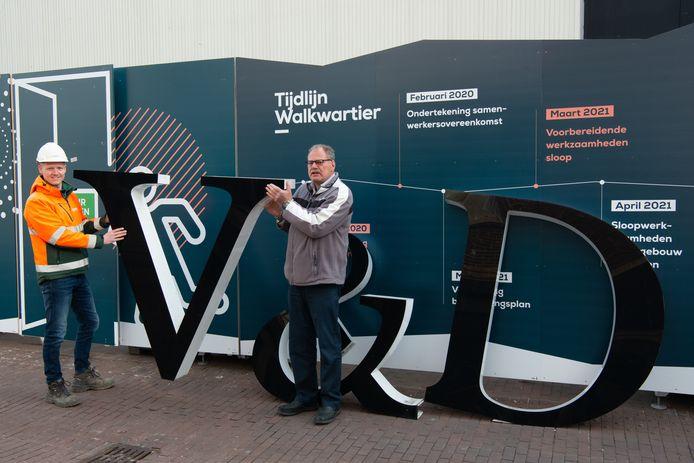 Ruud de Bruin (r) met de letters bij de V&D in Oss.