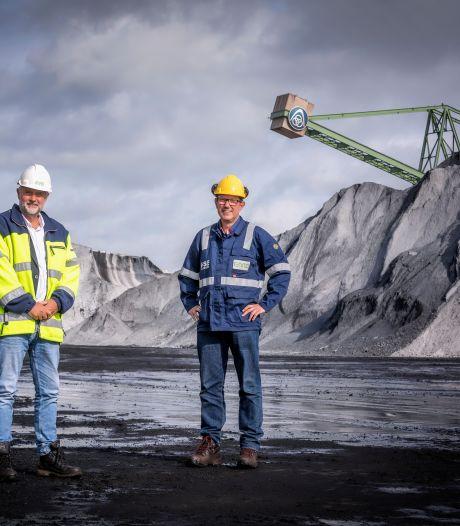 Een 'korstje' voor giga-kolenbergen in de haven: alles uit de kast in strijd tegen overwaaiend zwart stof