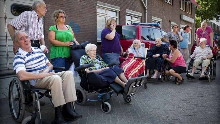 ewoners van het zorgcentrum De Geinsche Hof werden geevacueerd. In het zorgcentrum woedde een grote brand Beeld Nederlandse Freelancers
